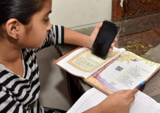 अनलाईन कक्षामा सहभागी सबै विद्यार्थीको मोबाईलमा बयश्क फिल्म चल्यो, त्यसपछि के भयो