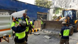 ललितपुरका सडकमा 'स्पिड ब्रेकर' भत्काउँदै नगर प्रहरी